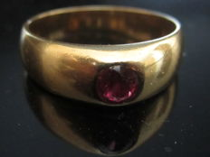 Bangle ring in 18 kt gold 95 g, decorated with a central ruby of 12 ct) Period: 1900