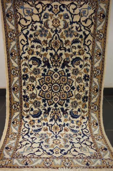 Nain with silk in Iran 60 x 116 cm