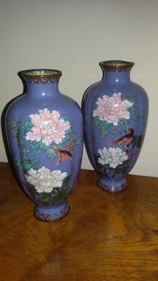 Two cloisonné vases with birds and a floral pattern - Japan - Early 20th century