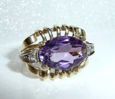 Vintage ring in 14 kt / 585 gold with transparent grid designs and amethyst and two rose cut diamonds