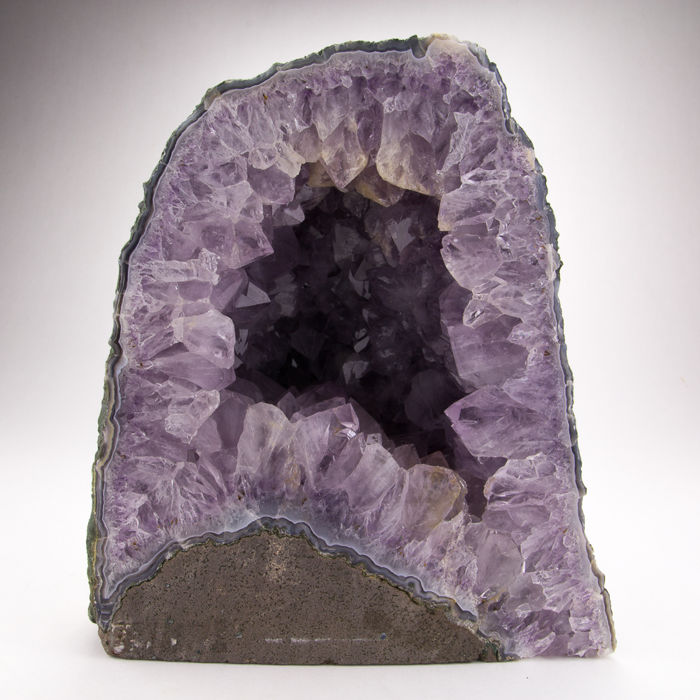 Amethyst geode with original outer crust - 21,5 x 19 x 10 cm - 4730 gm