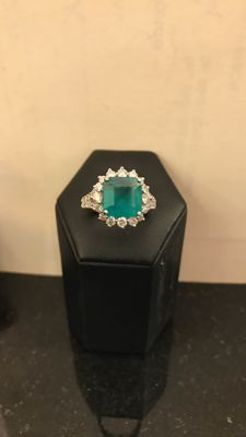 Gold ring (18 kt) with emerald (3.38 ct) and diamonds (3.20 ct) - Size 7