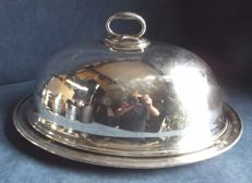 Beautiful serving plate with a cupola lid and handle - by Harrods - silver plated - ca. 1900