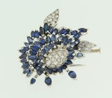 Flower-shaped platinum-and-gold brooch, set with sapphires and 28 single-cut diamonds of approx. 0.80 ct in total