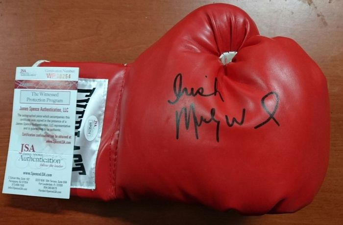 Precious original right glove boxing Everlast with Velcro closure with the signature of Irish Micky Ward with certificate of originality