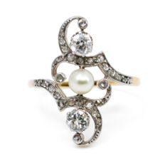 Art Nouveau ring featuring Pearls decorated with 0.50 ct two old European cut Diamonds and small rose cut Diamonds in 18k gold.
