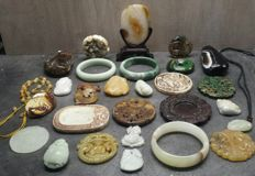 Collection of 28 different Jadeite and agate items - 1570 g (28)