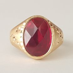 Ring in 18 kt gold, with a Verneuil red ruby of 6 ct - Size: 20.3 mm, 24/64 (EU).