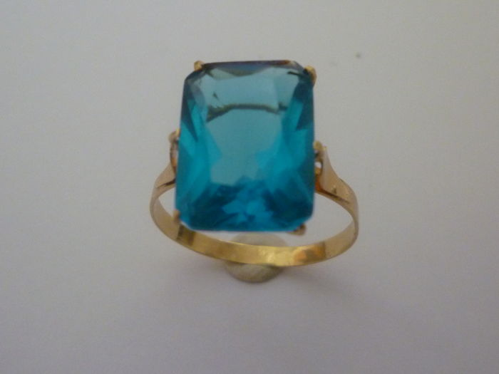 18 kt gold cocktail ring adorned with rectangular-cut synthetic topaz - Inner diameter: 17 mm