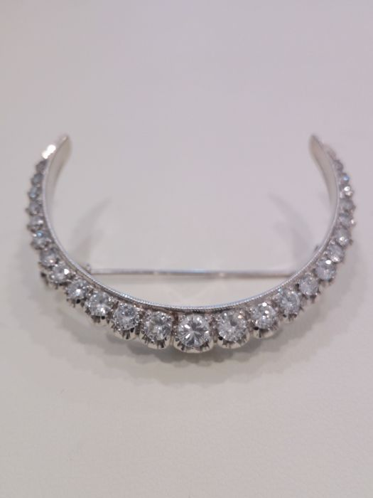 Made in Italy. 18 kt white gold brooch with diamonds totalling approx. 1.50 ct