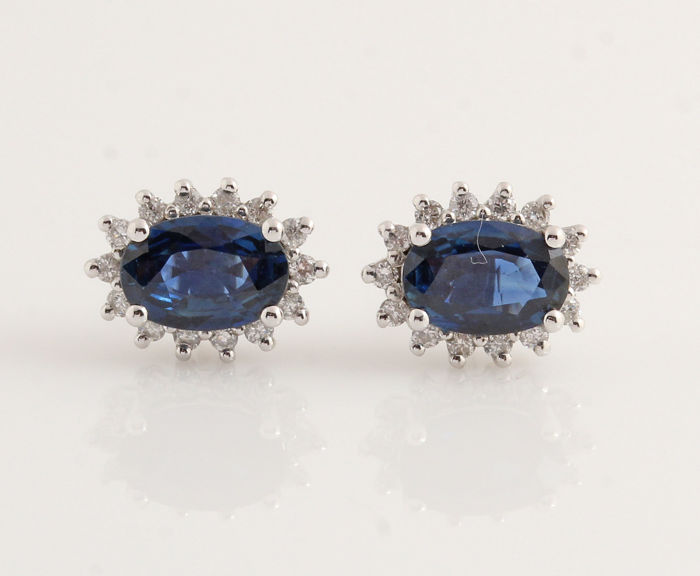 14 kt white gold diamond and sapphire earrings, 0.15 ct & 0.80 ct in total, respectively / weight 1.7 g / measurements 14.7 x 8.7 x 6.7 mm.