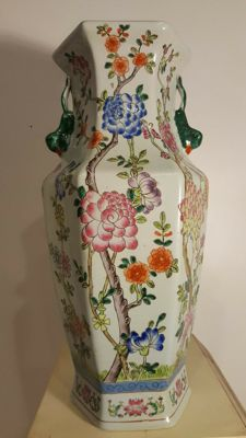 Hand-painted porcelain vase – China – Second half of the 20th century