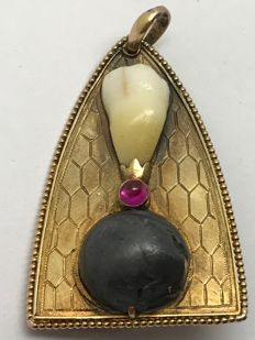 "Rifle round and tooth in gold pendant with rubies, engraving: ""La Bou Laie 6.7.1915"""