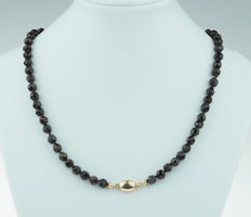 Lovely garnet necklace with elegant 14 karat gold clasp - long model 65 cm