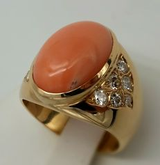 18 kt yellow gold ring. With Mediterranean red coral and diamonds totalling 0.52 ct.