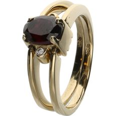 14 kt. - Yellow gold ring which can be worn on two ways, set with an oval cut garnet and 10 brilliant cut zirconias - Ring size: 18.5 mm
