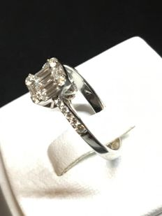 Beautiful modern ring, size 51 in 18 kt white gold, with diamonds