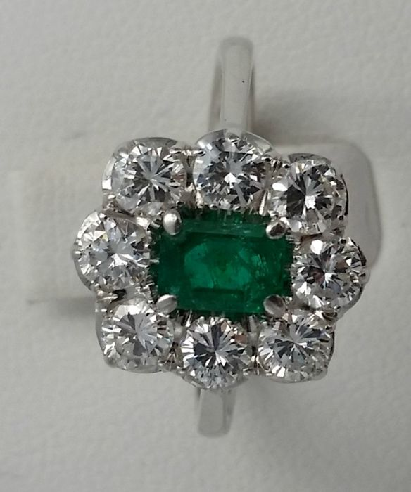 Women's ring with diamonds and emerald, guarantee certificate included Weight: 3.54 g