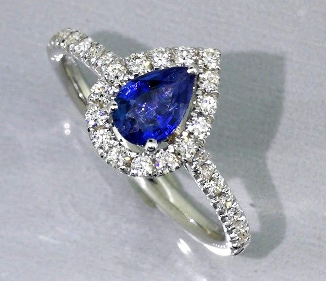 Ring with diamonds and sapphire, 0.55 ct, 31 diamonds in total, 0.30 ct - comes with a jewellery certificate - low reserve price