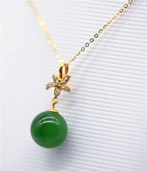 18 kt gold Rose shape necklace (45 cm) with  nature Jade and diamonds pendant