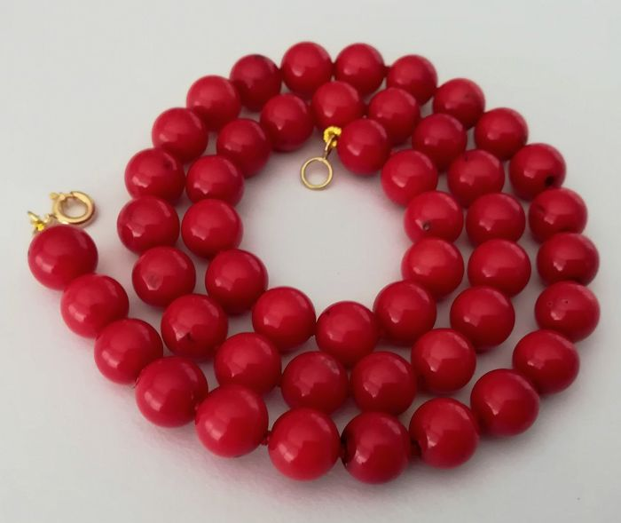 19.2kt – 8mm red coral necklace – Gold hoop clasp