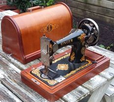 Wonderful antique Singer 128K sewing machine with a wooden dust cover, 1914