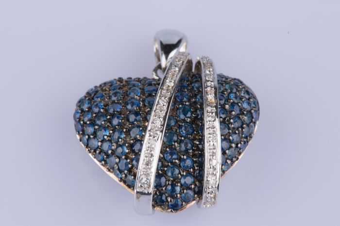 Pendant in 18 kt white gold, 20 diamonds of approx. 0.01 ct each so approx. 0.20 ct in total, 100 sapphires of approx. 0.02 each for approx. 2 ct in total