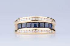 Ring, in 18 kt yellow gold with 7 baguette sapphires and 28 diamonds, approx. 0.56 ct in total