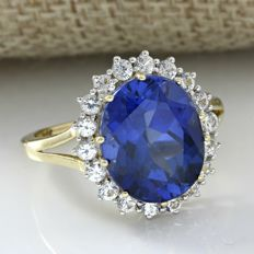 14 kt Yellow Gold 7.00 ct Synthetic Blue Sapphire, 0.35 ct  White Sapphire Ring  Size: 7 -- No Reserve