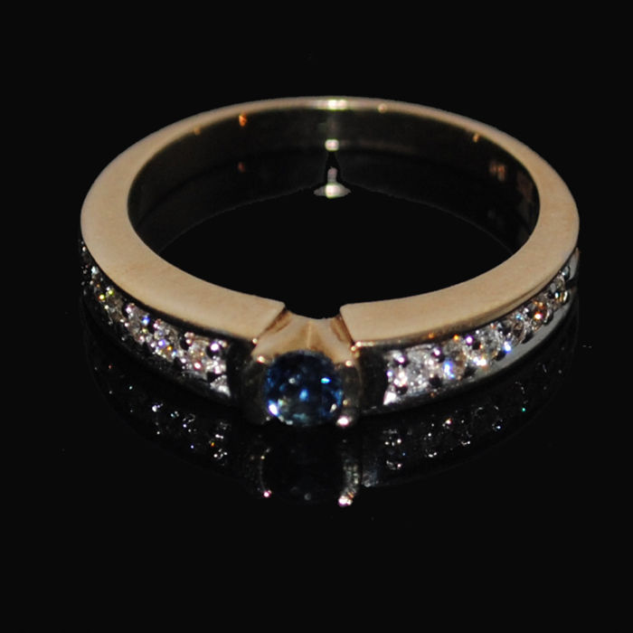 Ring made of 14 kt yellow gold with sapphire and diamonds 0.30 ct. Like new