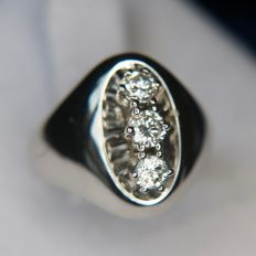 14kt. White gold wide vintage ring 3 brilliant-cut diamonds approx. 0.45ct, color and clarity at the top G/VVS1. Goldsmith's crafting.