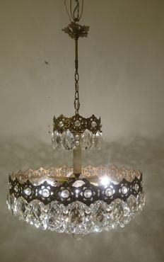 A brass and crystal chandelier, of recent manufactue ( big chandelier)