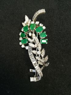 18 kt white gold pin - Weight of brilliant-cut and baguette-cut diamonds: 6.40 ct - weight of emerald-cut emeralds: 3.90 ct