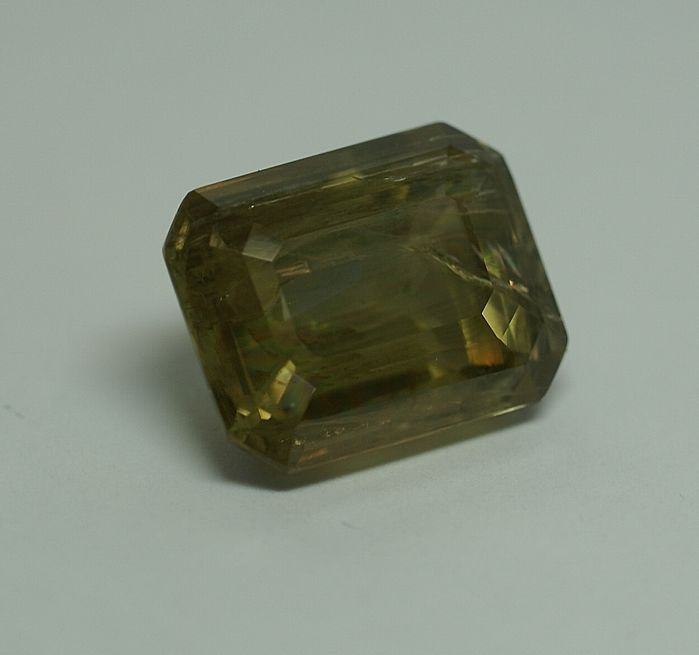 Diaspor , colour change from yellowish-green to pinkish brown    36.32 ct