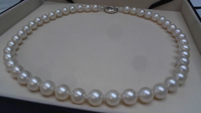 Akoya Japanese cultured pearls necklace size 9-9.5 mm and 45 pearls of round shape and high orient.