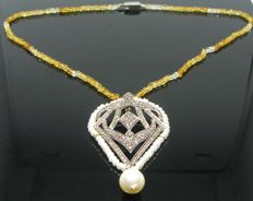 Necklace made in yellow gold 585 and silver 925 set with 150 diamonds tot 1.50 ct M/SI2, 60 white freshwater pearls 3.40 mm, 1 white freshwater pearl 11 x 9.95 mm