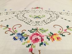 Florence Handmade tablecloth In cross stitch and lace. Like new. Dimensions: cm 165 x 125