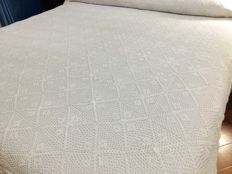 Antique and elegant bedspread from the first half of the 1900s Handmade. Size: 290 x 220