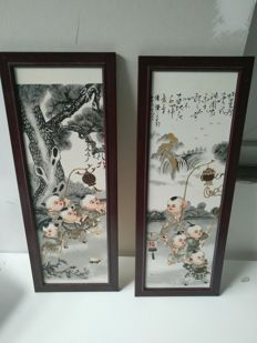 Pair of porcelain plates in wooden frames decorated with children - China - late 20th century