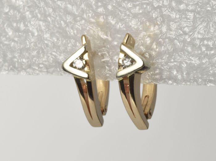 Gold 14 kt Earrings. Diamonds of 0.08 ct in total. Weight: 3.04 g.