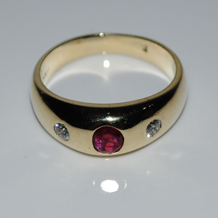 Band ring made of 14 kt gold with ruby and diamonds approx. 0.15 ct Good as new, no reserve price