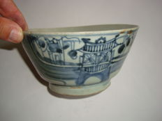 A large , beautiful Chinese blue and white porcelain bowl with boats and flower decoration - 166 mm x 85 mm