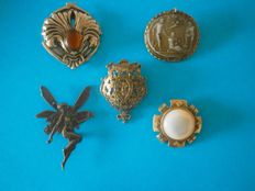 Collection of 5 - Vintage brooches / pendant - varying materials / measurements