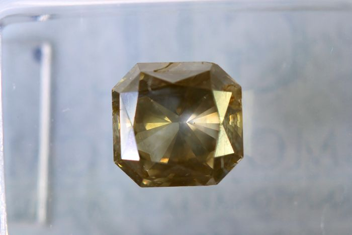 Fancy Greenish Yellow -  2.05 ct - SI2 - * NO RESERVE PRICE *