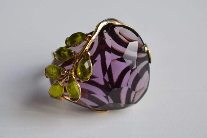 Cocktail ring in 585 yellow gold with large amethyst and 6 natural peridots.
