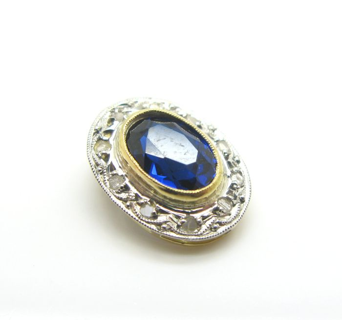 Pendant in 18 kt yellow and white gold with faceted oval cut sapphire, 7.90 x 5.30 mm, and 10 antique cut diamonds totalling 0.10 ct, L/S1 - no reserve