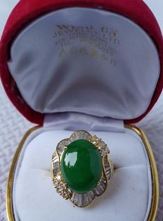 Ring in 18 kt gold with jade, 11.82 ct Cabochon