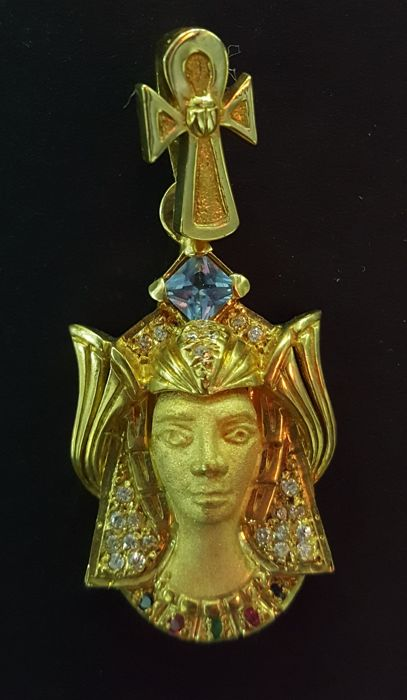18 kt gold cleopatra pendant with blue topaz and diverse gemstones - 10.54 g - size 40 x 19 mm