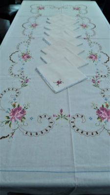 Hand embroidered tablecloth in cross stitch, with 8 napkins