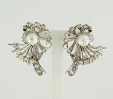 14k white gold ear clips set with cultured pearl and 28 diamonds, approx. 0.50 carat in total